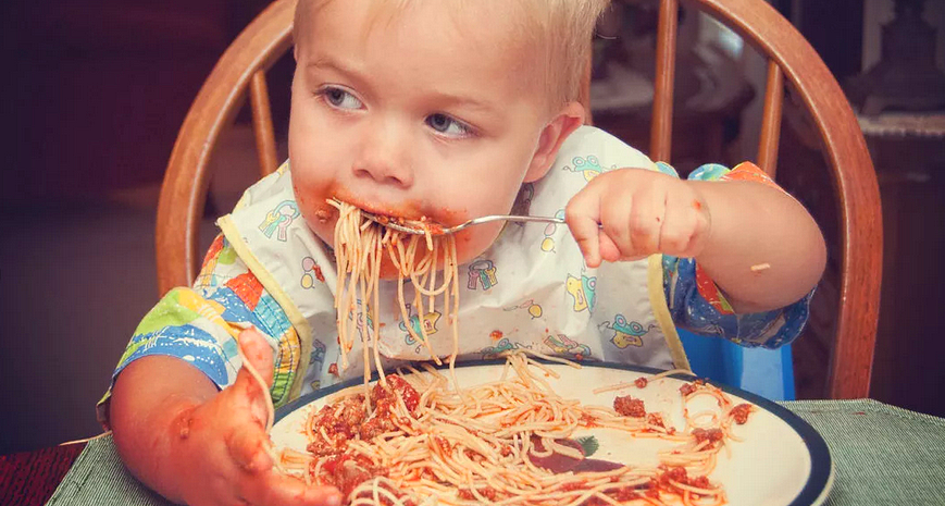 Ребёнок ест с аппетитом пищу