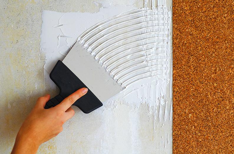 Пробковое покрытие на стену поклейка в комнате при помощи клея