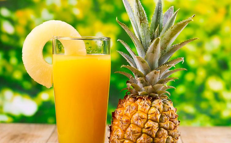 Сок ананаса в стакане