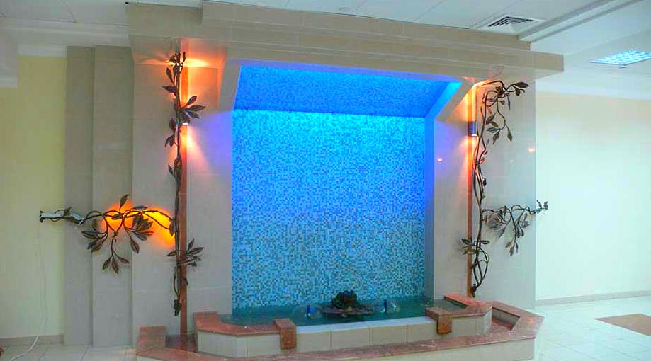Большой водопад по стеклу в стене