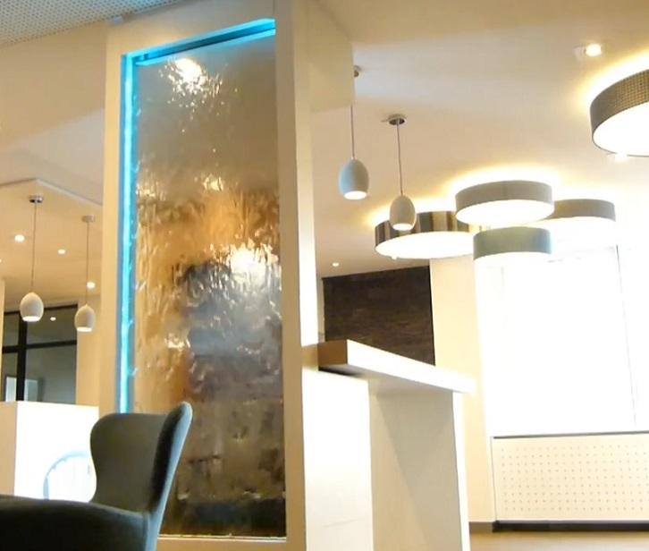 Комнатный водопад по стеклу для квартиры и дома