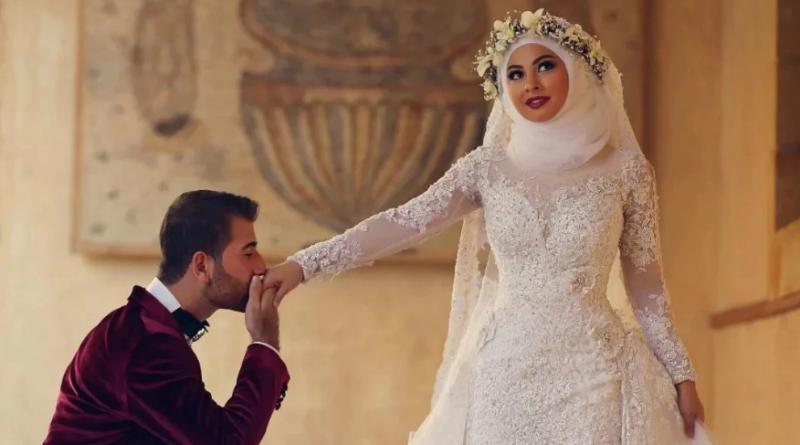 Для статьи фото Свадьба в арабском стиле муж целует руку жены, невесты