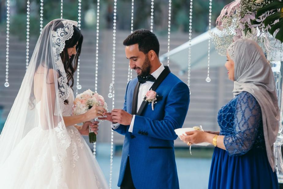 Свадьба в арабском стиле, муж одевает кольцо жене