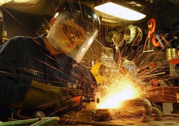 Труд рабочего на заводе