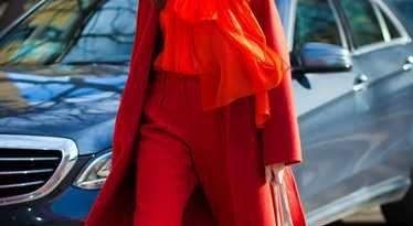 Ярко-красный цвет одежды девушки